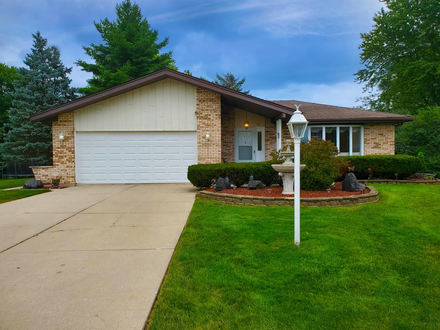10S225 Kaye Lane, Willowbrook, IL 60527 - #: 10811328